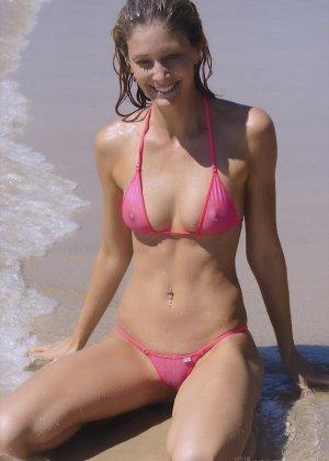 Ванесса показывает, как она любит примерять купальники, которые еле прикрывают ее тело - фото 16