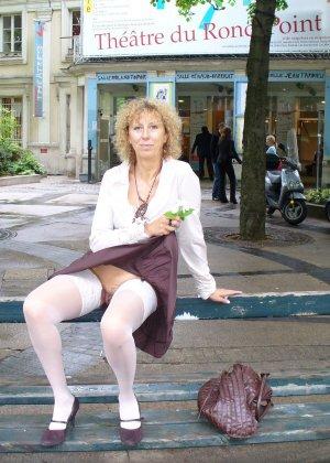 Зрелая женщина гуляет по городу и показывает себя в самых разных ракурсах – ей нравится обращать на себя внимание - фото 29