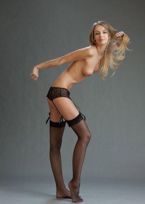 В студийной фотосессии шикарная блондинка раскрывается по полной – ей есть, что показать - фото 10