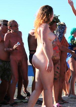 На нудистком пляже много голых девушек, которые с удовольствием показывают себя окружающим - фото 13
