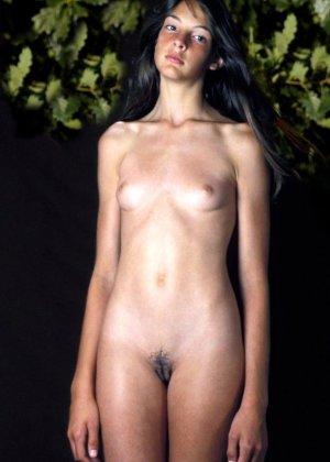 Сексуальные девушки с небольшими сиськами эротично позирует голыми - фото 5