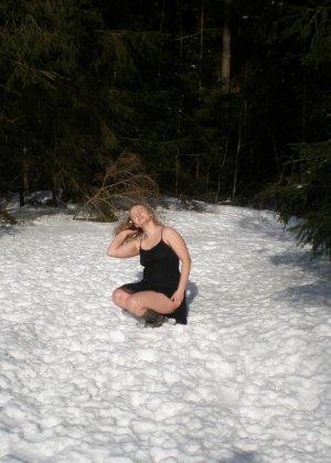 Рисковая девушка Яна показывает свою смелость – она может раздеться прямо на улице при минусовой температуре - фото 12