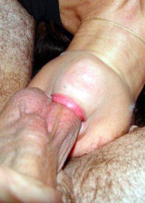 Опытная дамочка показывает, как ей нравится секс во всех его проявлениях – она не знает запретов - фото 1