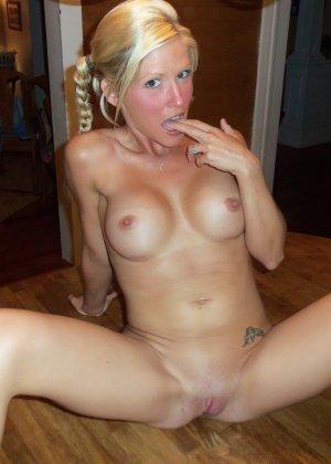 Роскошная и чудесная блондинка демонстрирует сиськи и киску - фото 31