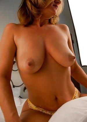 Зрелая женщина с большими буферами показывает свою фигурку в разных ракурсах и образах - фото 21