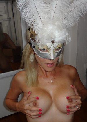 Роскошная и чудесная блондинка демонстрирует сиськи и киску - фото 6