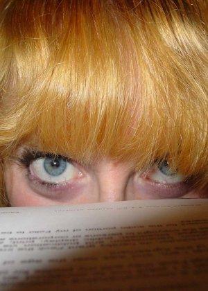 У этой блондинки большие красивые сиськи и волосатая пизденка - фото 21