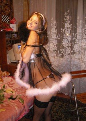Горячая молодая девушка показывает свое тело в разных эротических нарядах – при этом она всегда сексуальна - фото 34