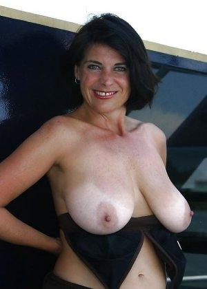 Пожилая женщина с очень большими сиськами позирует голой - фото 27