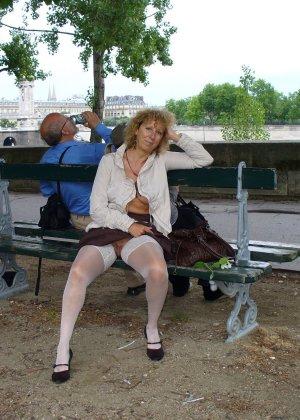 Зрелая женщина гуляет по городу и показывает себя в самых разных ракурсах – ей нравится обращать на себя внимание - фото 35