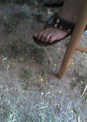Улыбчивая Лиза очень стесняется, поэтому все, что она может показать – ножки в шлепках - фото 15