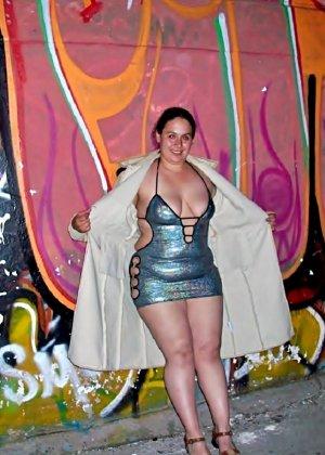 Полная женщина прямо на улице хвастается своей фигурой, абсолютно забывая о всяком стеснении - фото 30