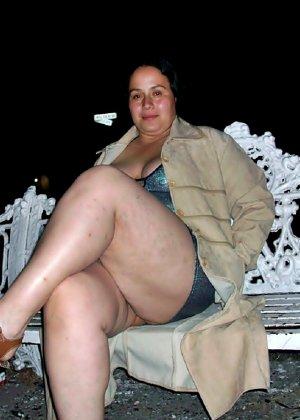 Полная женщина прямо на улице хвастается своей фигурой, абсолютно забывая о всяком стеснении - фото 20