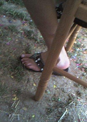 Улыбчивая Лиза очень стесняется, поэтому все, что она может показать – ножки в шлепках - фото 7