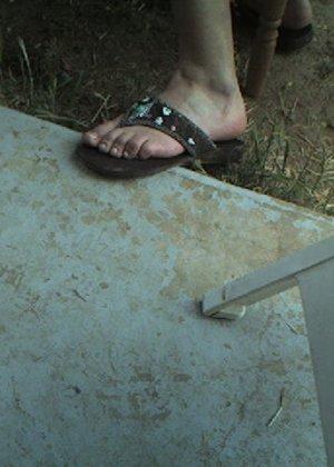 Улыбчивая Лиза очень стесняется, поэтому все, что она может показать – ножки в шлепках - фото 6
