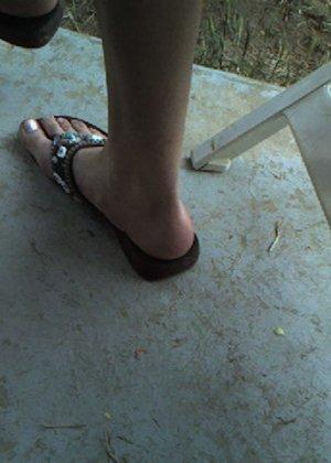 Улыбчивая Лиза очень стесняется, поэтому все, что она может показать – ножки в шлепках - фото 4