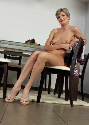 Мелани уже очень немолода, но старается выглядеть сексуально и у нее это отлично получается - фото 1