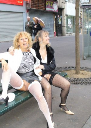 Зрелая женщина гуляет по городу и показывает себя в самых разных ракурсах – ей нравится обращать на себя внимание - фото 15