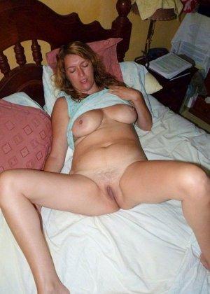 Зрелая дамочка показывает свою пизденку, а затем расслабляется для того, чтобы получить кайф от фистинга - фото 7