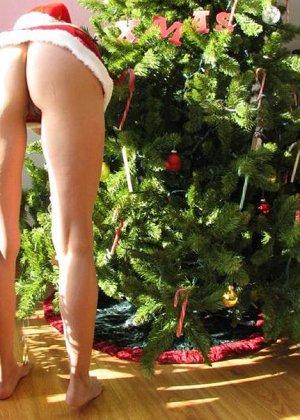 Самые развратные красотки показывают свои тела около рождественской елки в соответствующих костюмах и без - фото 16
