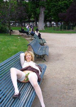 Зрелая женщина гуляет по городу и показывает себя в самых разных ракурсах – ей нравится обращать на себя внимание - фото 27