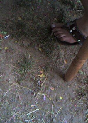 Улыбчивая Лиза очень стесняется, поэтому все, что она может показать – ножки в шлепках - фото 10