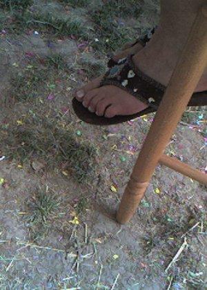 Улыбчивая Лиза очень стесняется, поэтому все, что она может показать – ножки в шлепках - фото 14