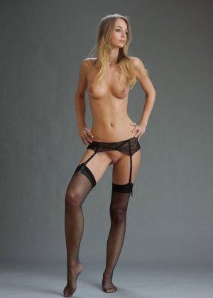 В студийной фотосессии шикарная блондинка раскрывается по полной – ей есть, что показать - фото 24