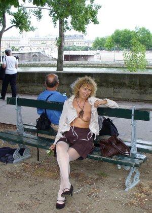 Зрелая женщина гуляет по городу и показывает себя в самых разных ракурсах – ей нравится обращать на себя внимание - фото 34