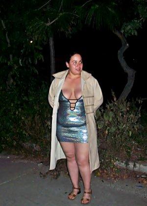 Полная женщина прямо на улице хвастается своей фигурой, абсолютно забывая о всяком стеснении - фото 8