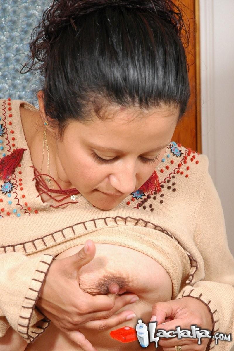 Женщина в период лактации спускает молоко из сисек на чупа чупс