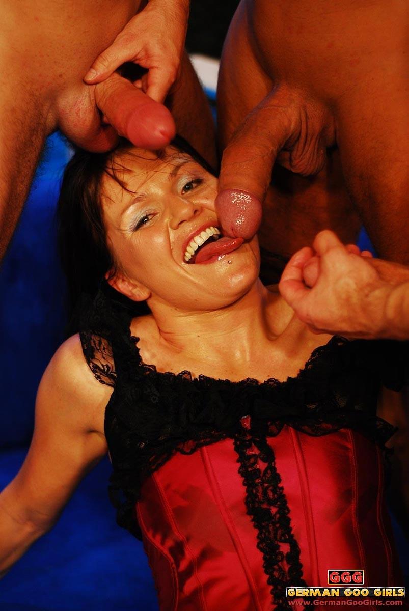 Милфа жадно пьет сперму из трех членов