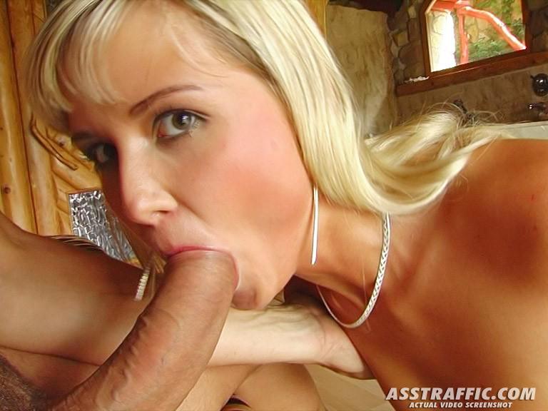 Струя спермы на язык блондинки