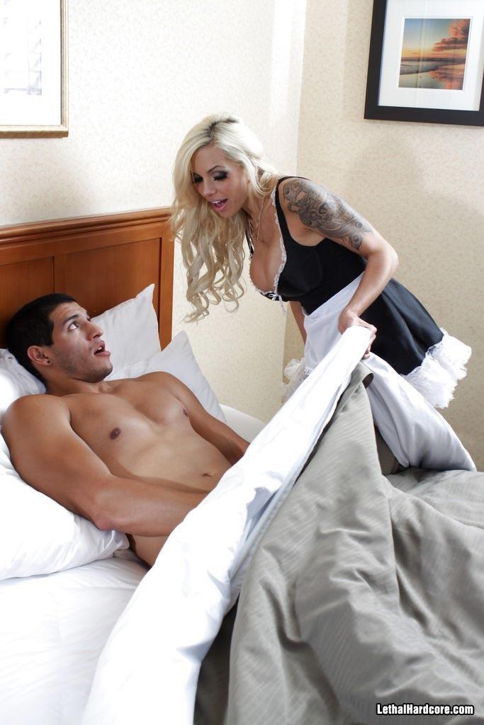 Соблазнительная горничная в гостинице потрахалась с клиентом