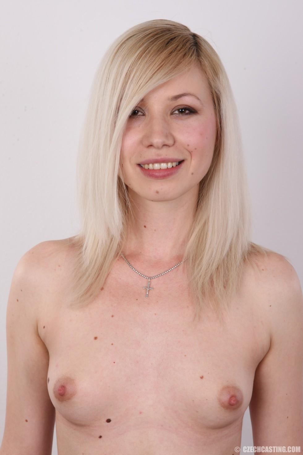 Белокурая студентка с маленькой грудью на кастинге