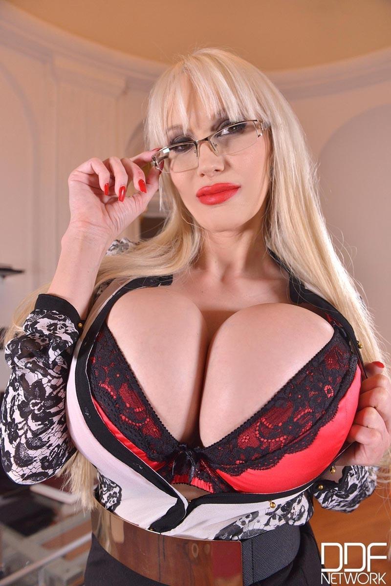 Зрелая блондинка с огромной грудью, подготовилась к мастурбации большим вибратором