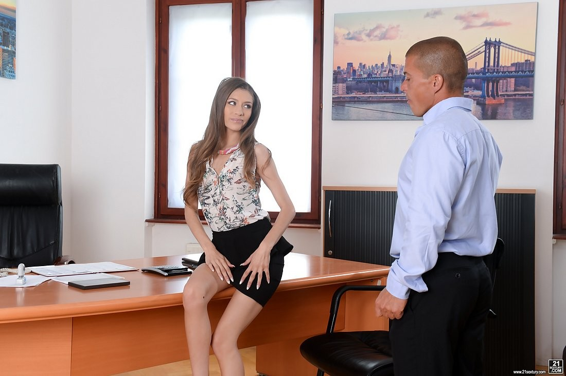 Молодая секретарша трахается с боссом на столе