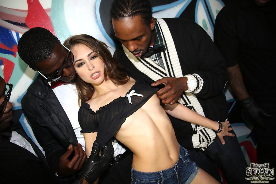 Райли Рейд с удовольствием отсасывает черные члены