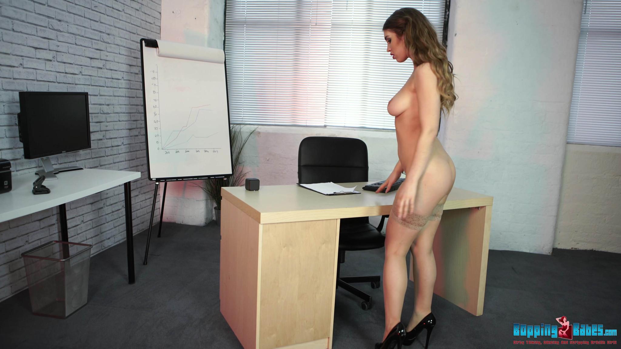 Офисная потаскуха привычно раздевается на работе