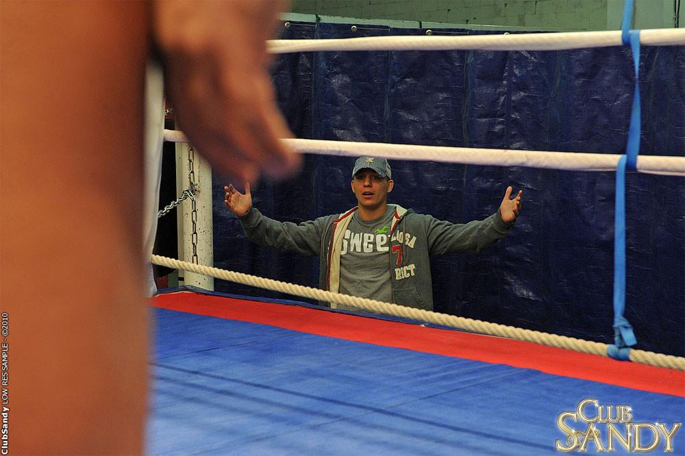 Тренер по боксу выебал подопечную в жопу прямо на ринге