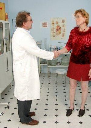 Пожилая дама на обследовании гинеколога - фото 1