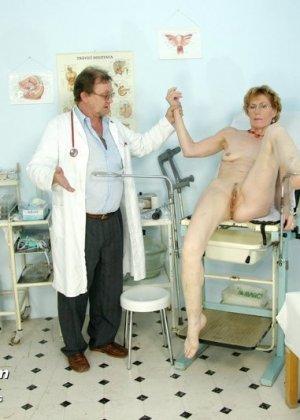 Пожилая дама на обследовании гинеколога - фото 14