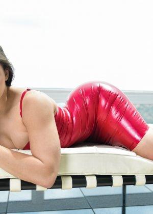 Абелла Данжер в латексном облегающем платье - фото 8