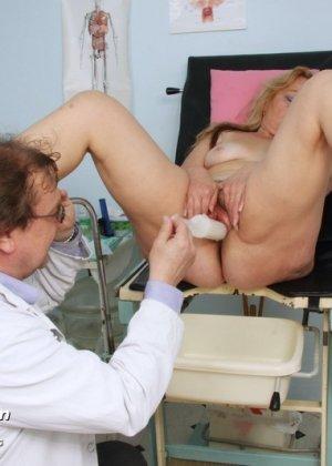 Гинеколог долго рассматривал пизду пожилой женщины - фото 11