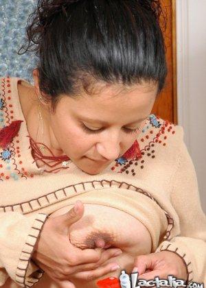 Женщина в период лактации спускает молоко из сисек на чупа чупс - фото 7