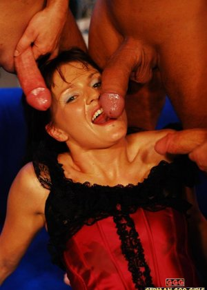 Милфа жадно пьет сперму из трех членов - фото 2