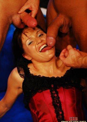 Милфа жадно пьет сперму из трех членов - фото 1