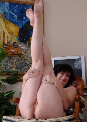 Пожилая брюнетка раздвигает ноги широко - фото 14
