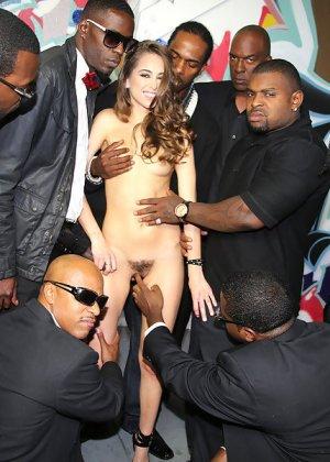 Райли Рейд с удовольствием отсасывает черные члены - фото 14