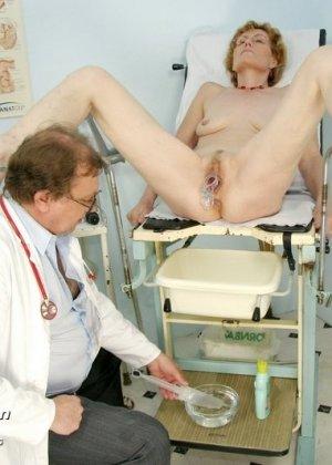 Пожилая дама на обследовании гинеколога - фото 7